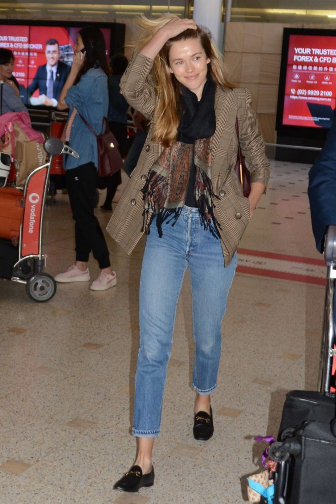Victoria Lee - Arrives at Airport in Sydney