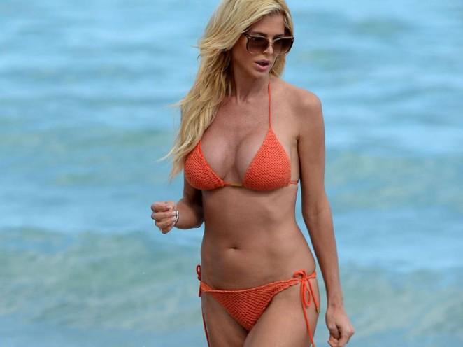 Victoria Silvstedt in Red Bikini in Miami Pic 27 of 35