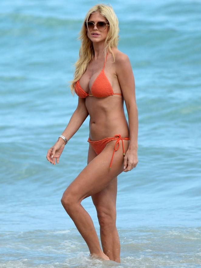 Victoria Silvstedt in Red Bikini in Miami Pic 31 of 35
