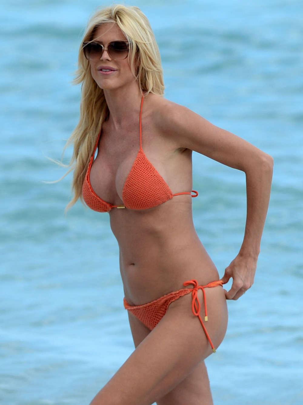 Victoria Silvstedt in Red Bikini in Miami Pic 28 of 35