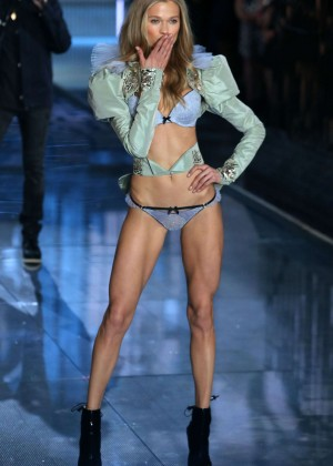 Vita Sidorkina - 2015 Victoria's Secret Fashion Show Runway in NYC