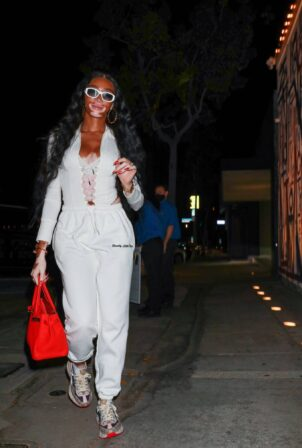 Winnie Harlow - Dinner candids at celebrity hotspot Craig's in West Hollywood