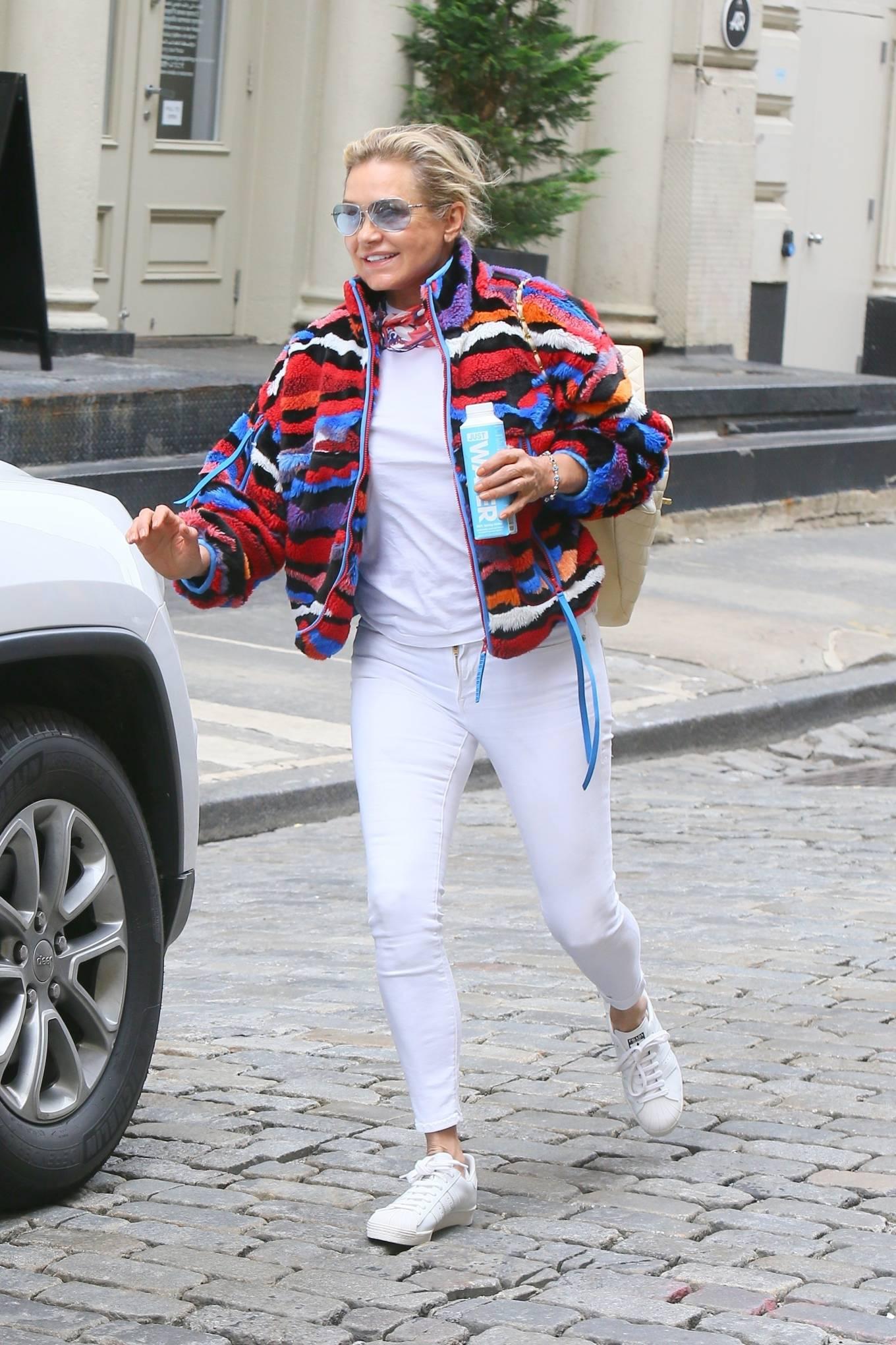 Yolanda Hadid 2021 : Yolanda Hadid – Seen as she visits daughter Bellas apartment in New York-01