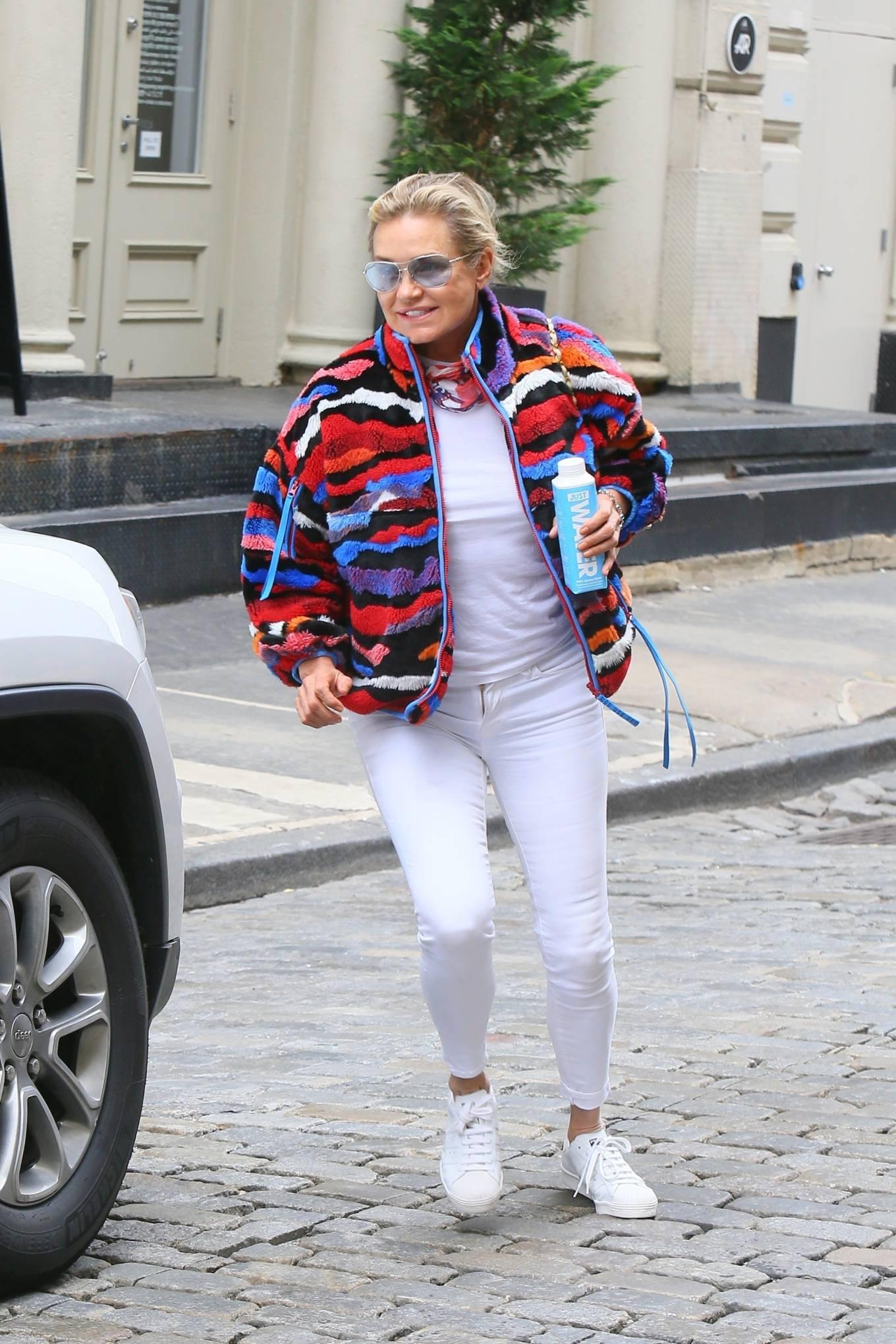 Yolanda Hadid 2021 : Yolanda Hadid – Seen as she visits daughter Bellas apartment in New York-02