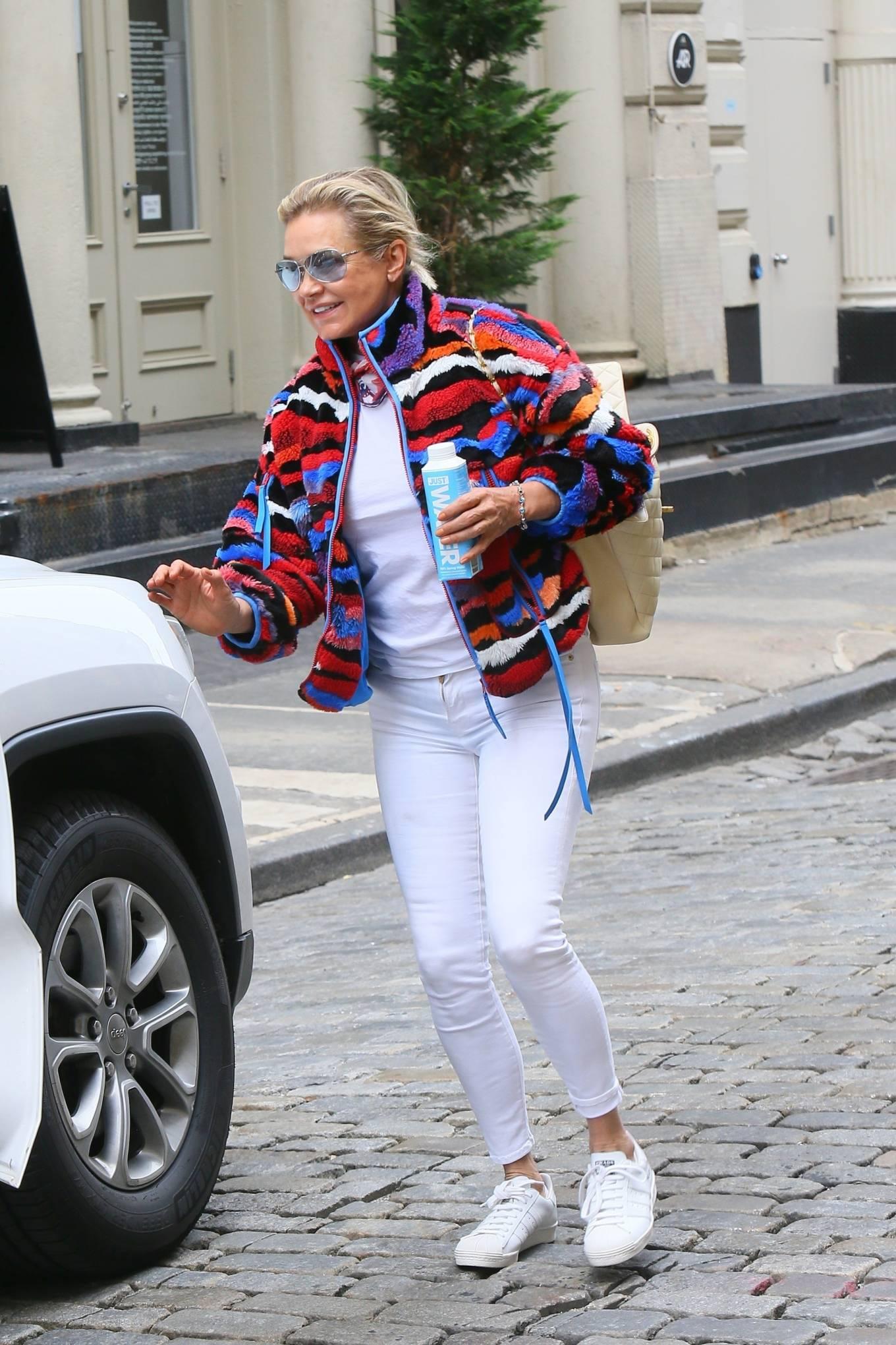 Yolanda Hadid 2021 : Yolanda Hadid – Seen as she visits daughter Bellas apartment in New York-06