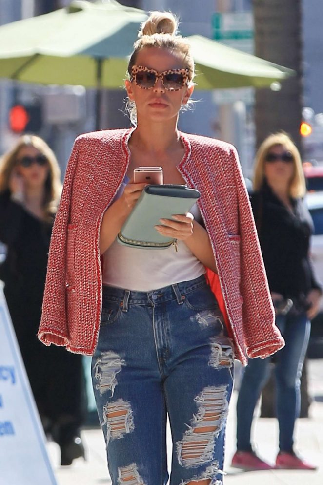 Yvonne Strahovski in Ripped Jeans Shopping in Beverly Hills