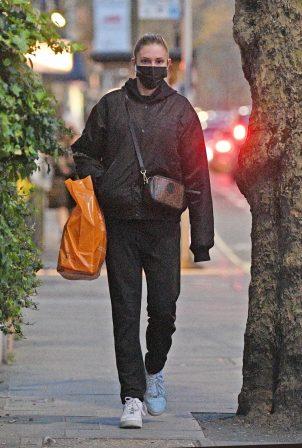 Zara McDermott - Is seen leaving Sainsbury's in West London