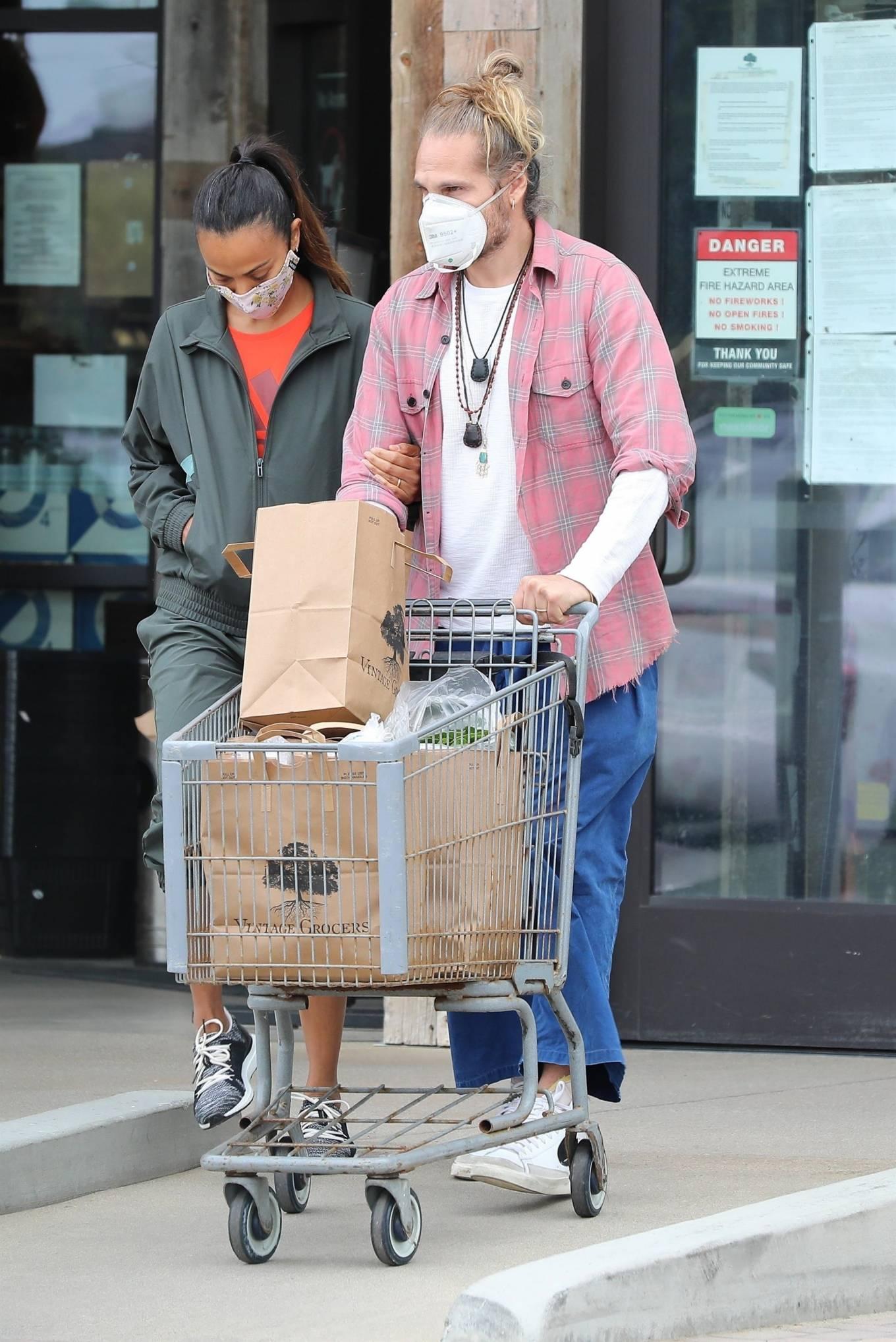 Zoe Saldana 2020 : Zoe Saldana with her her husband Marco Perego in Malibu-03