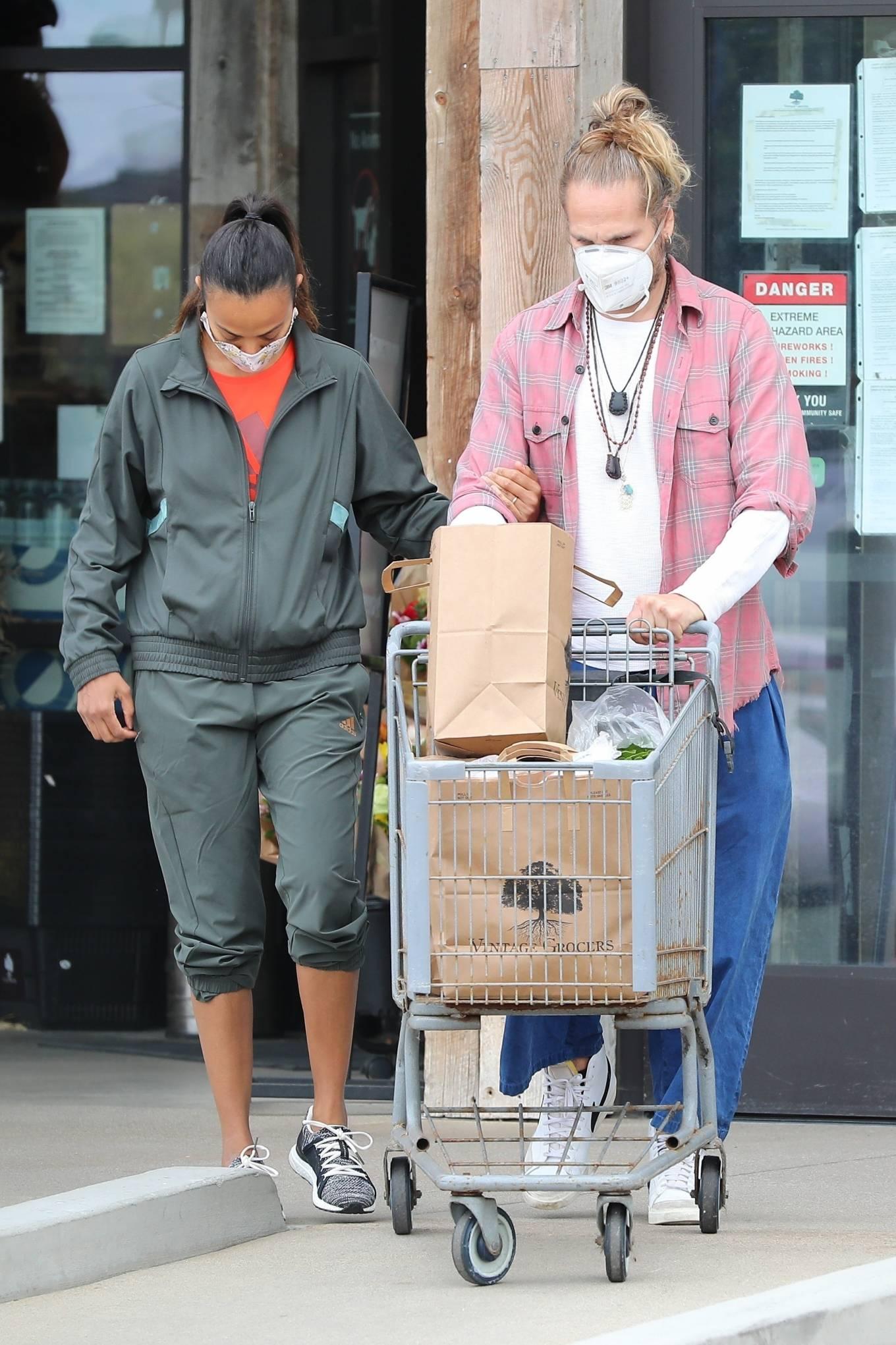 Zoe Saldana 2020 : Zoe Saldana with her her husband Marco Perego in Malibu-07