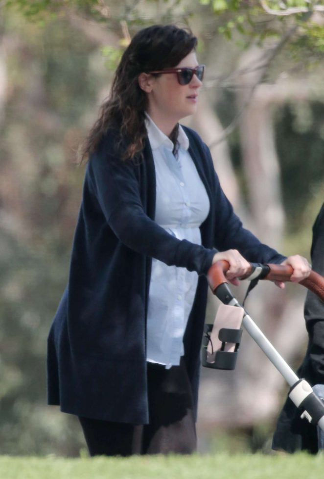 Zooey Deschanel – Out for a walk in Los Angeles