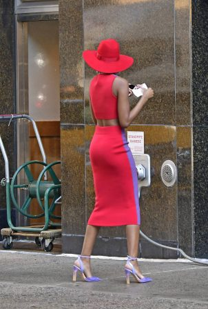 Zozibini Tunzi - Taking pictures in New York