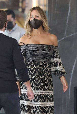 Zulay Henao - Shopping candids at the Apple Store in Beverly Hills