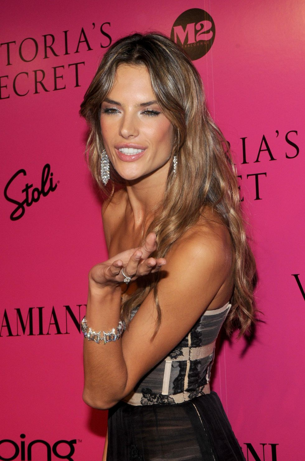 alessandra-ambrosio-2009-victorias-secret-fashion-show-01