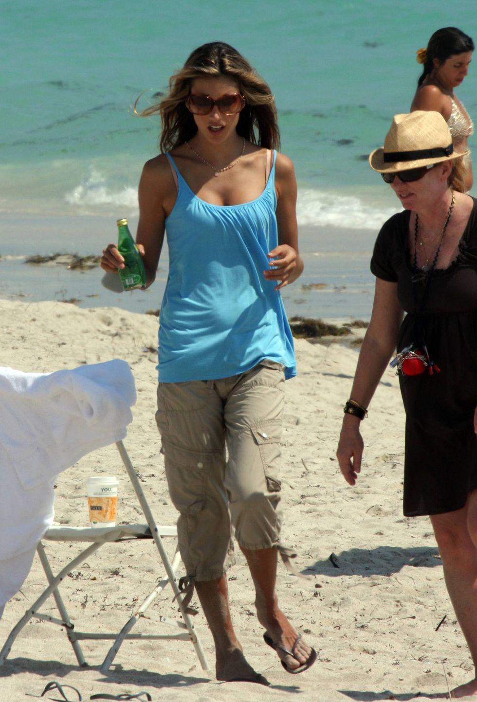 alessandra-ambrosio-photoshot-candids-on-the-beach-in-miami-01
