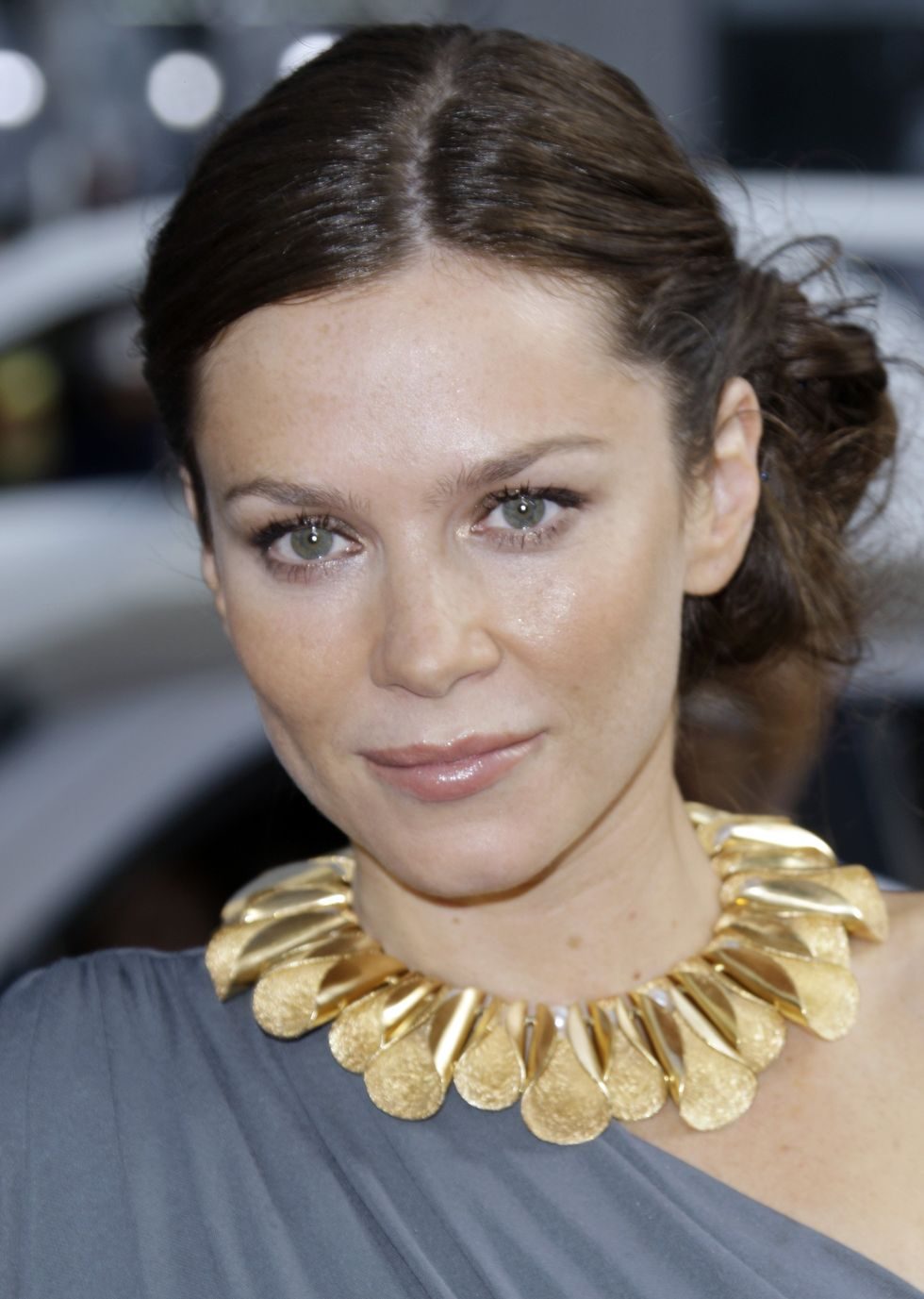 anna-friel-land-of-the-lost-premiere-in-los-angeles-01
