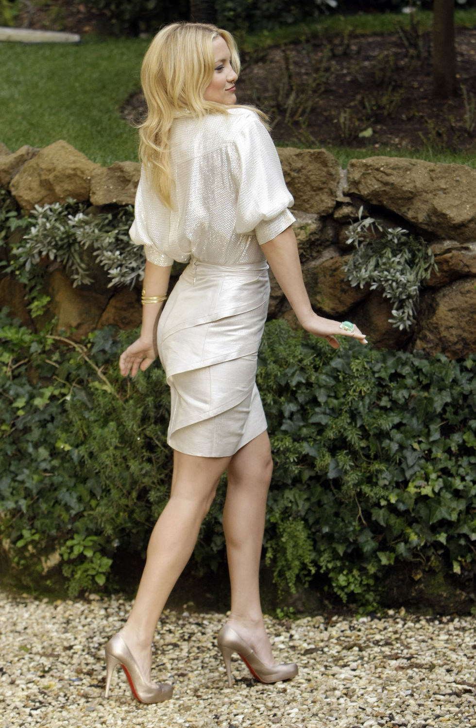 anne-hathaway-and-kate-hudson-bride-wars-photocall-in-rome-01