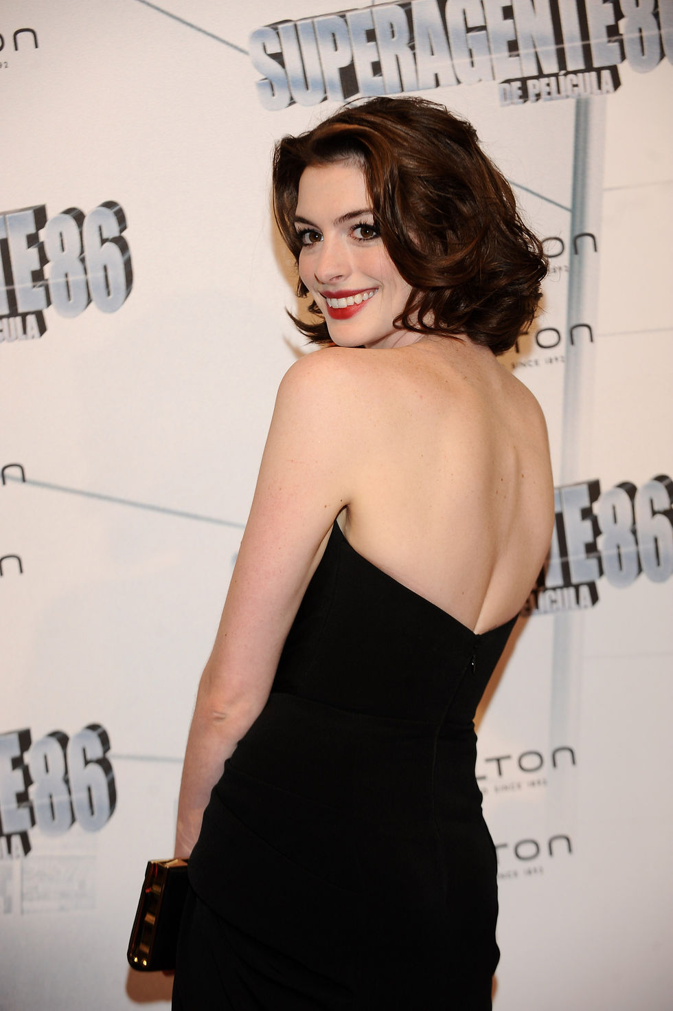anne-hathaway-at-get-smart-premiere-in-madrid-01