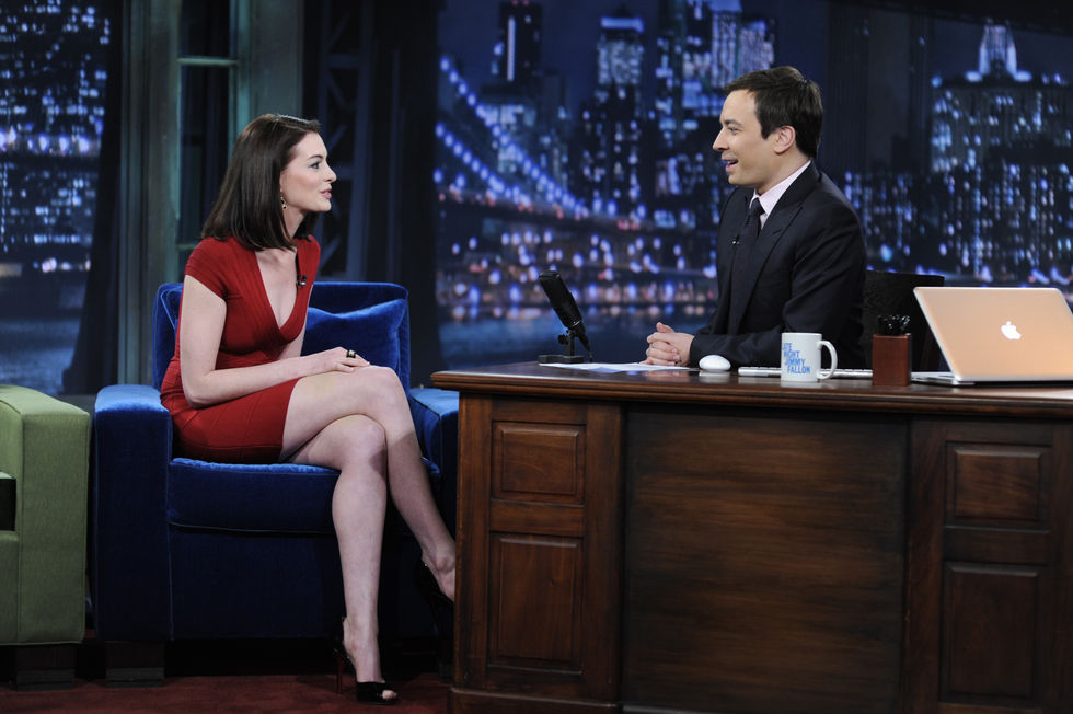anne-hathaway-at-late-night-with-jimmy-fallon-in-new-york-01