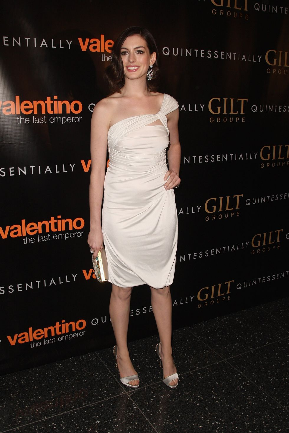 anne-hathaway-valentino-the-last-emperor-premiere-in-new-york-01