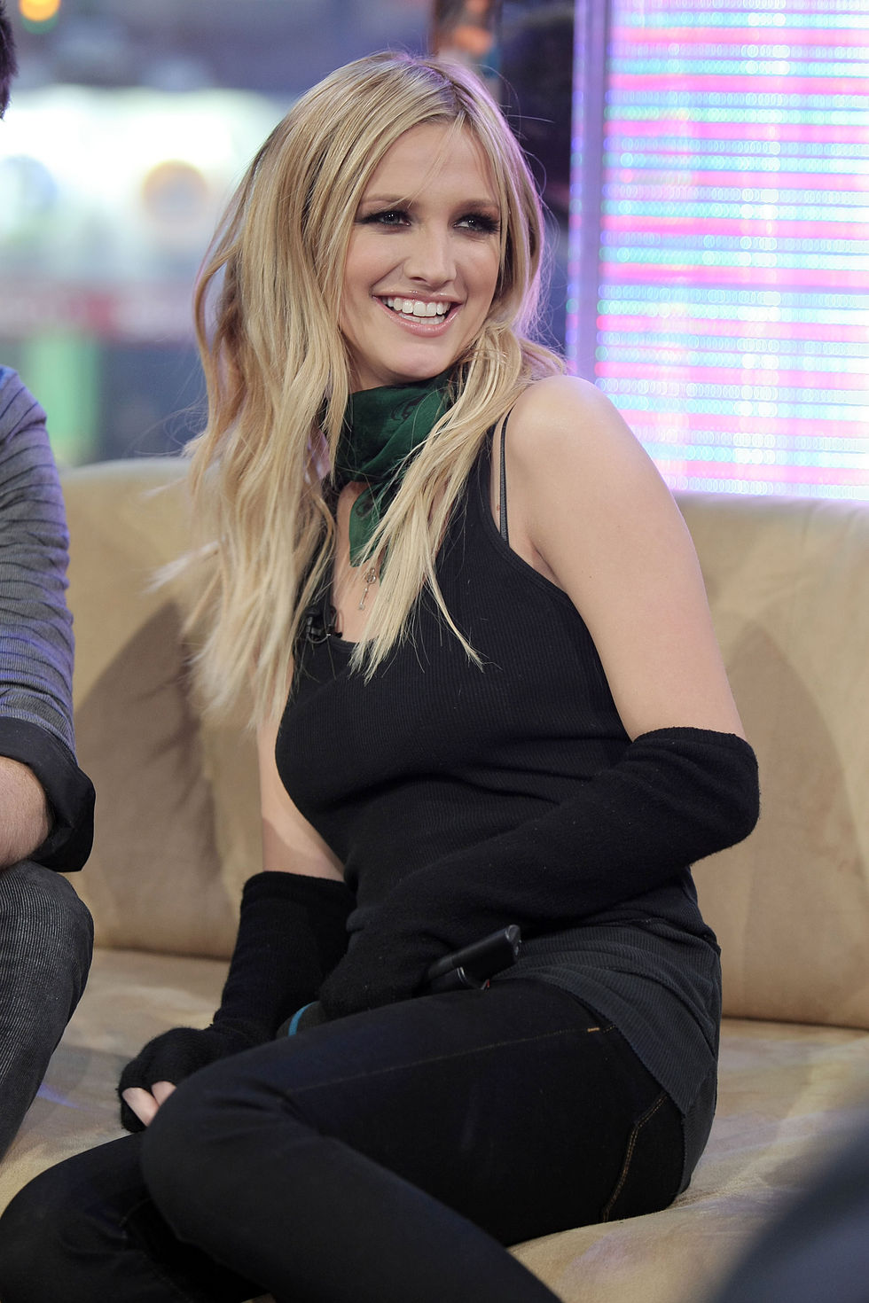 ashlee-simpson-at-mtvs-total-request-live-01