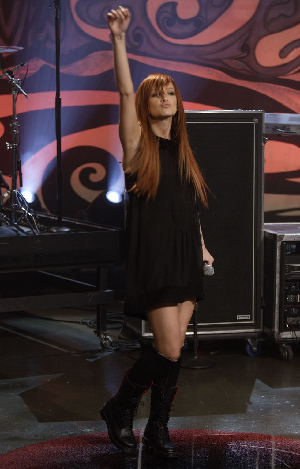 ashlee-simpson-performing-on-the-tonight-show-01