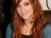 ashlee-simpson-promotes-new-single-outta-my-head-at-wal-mart-06