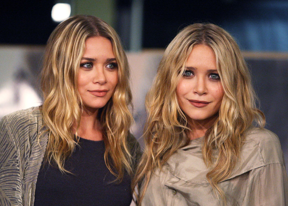 ashley-and-mary-kate-olsen-book-signing-at-borders-books-store-in-westwood-01