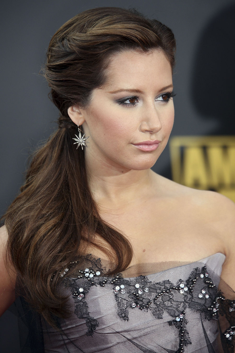 ashley-tisdale-2008-american-music-awards-01