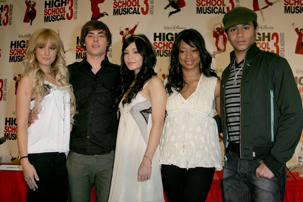 ashley-tisdale-and-vanessa-hudgens-at-high-school-musical-3-press-conference-01