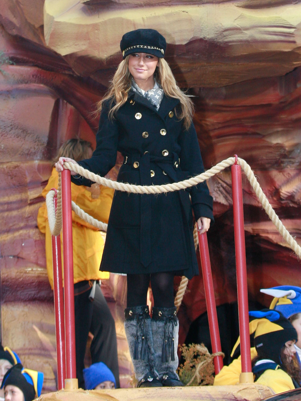 ashley-tisdale-at-macys-thanksgiving-day-parade-in-new-york-city-01