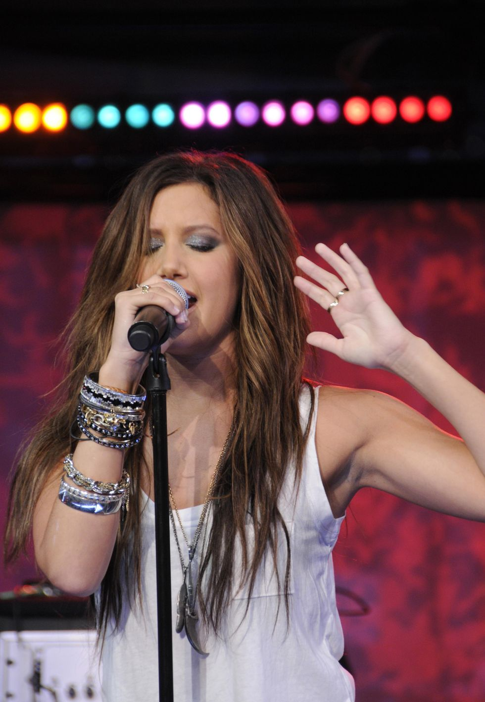 ashley-tisdale-performing-on-good-morning-america-in-new-york-01
