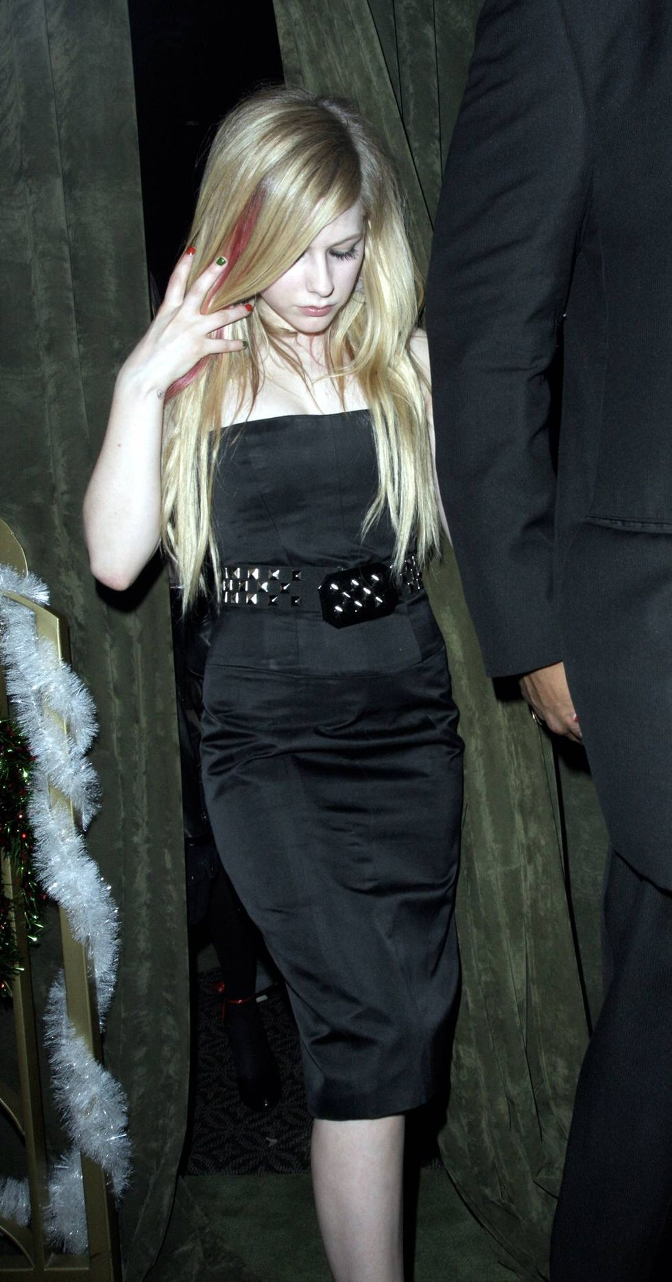 avril-lavigne-at-the-bar-deluxe-nightclub-in-los-angeles-01