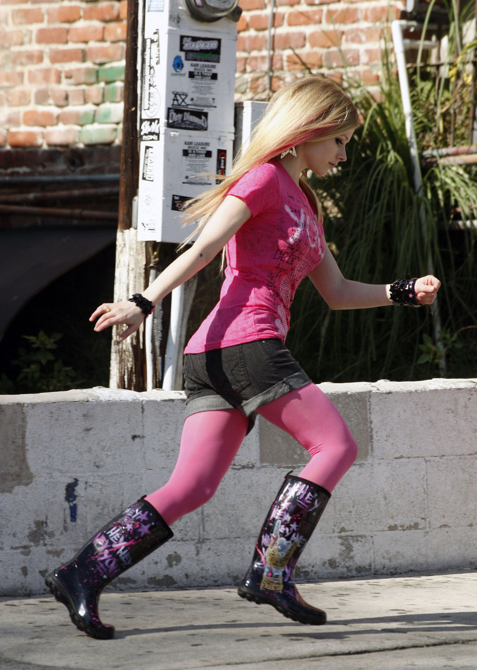 avril-lavigne-candids-at-photoshoot-for-abbey-dawn-clothing-line-01