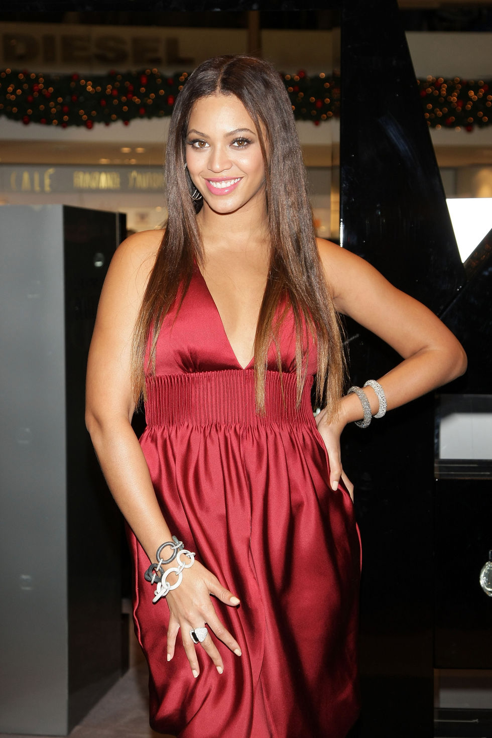 beyonce-at-the-rinascente-store-in-milan-01