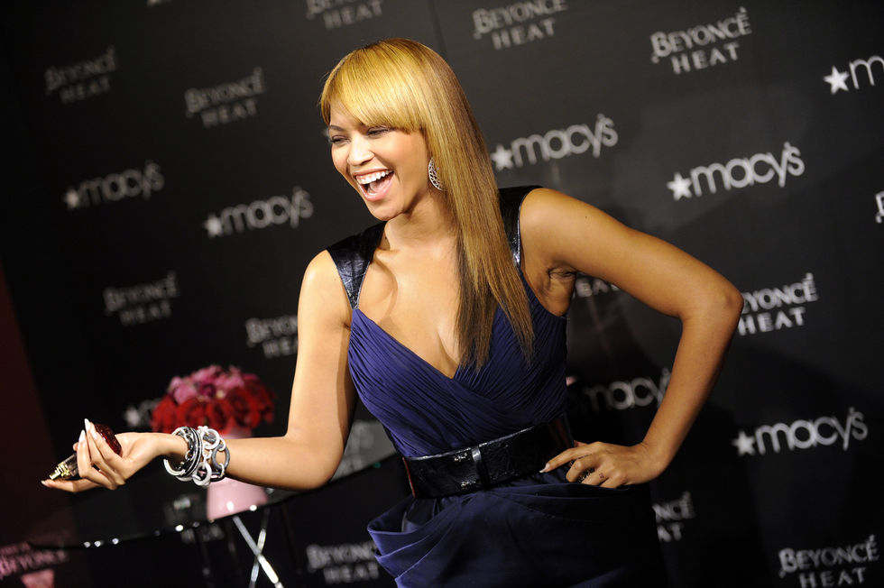 beyonce-heat-fragrance-promotion-at-macys-in-new-york-01