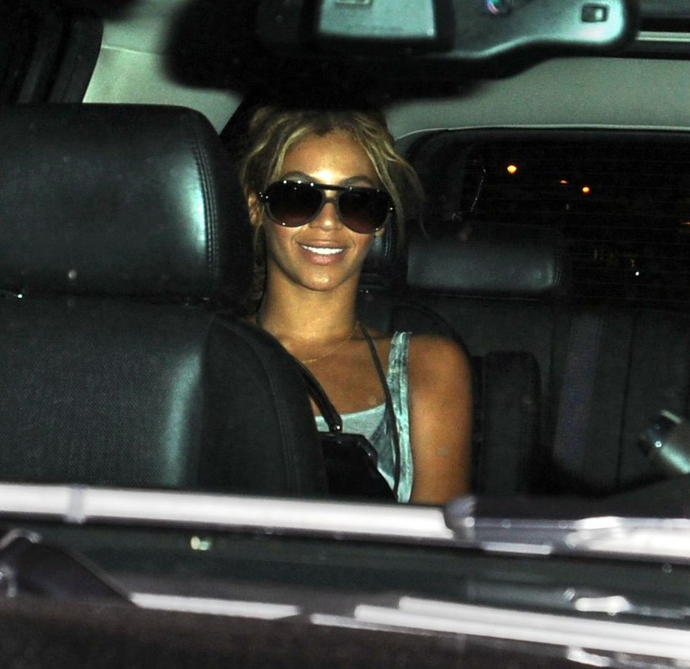 beyonce-leggy-candids-at-nellos-in-new-york-01
