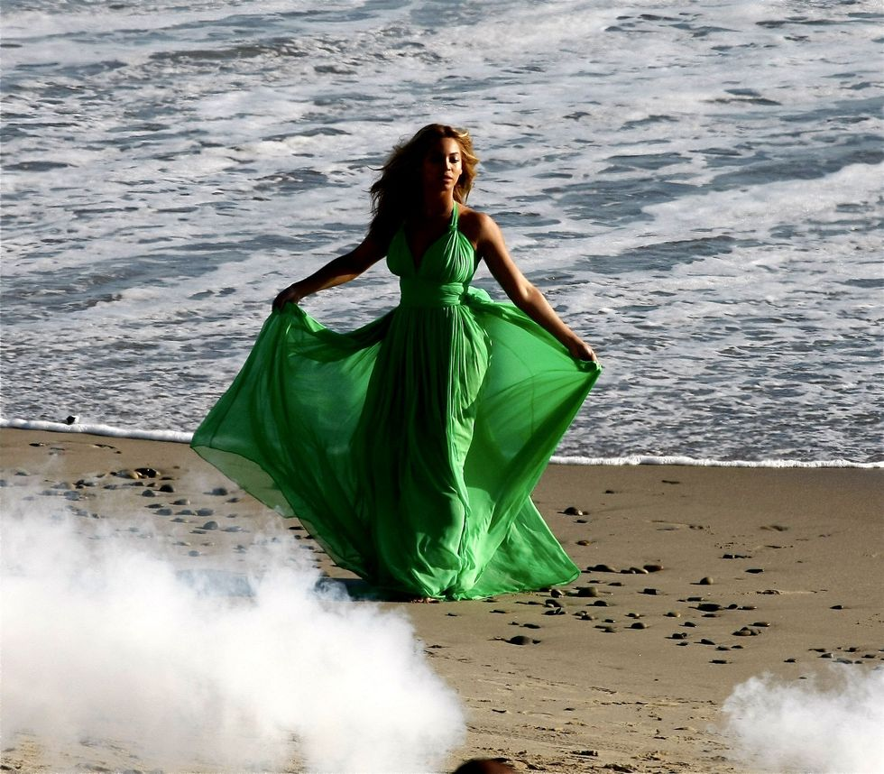 beyonce-knowles-candids-on-the-set-of-music-video-in-malibu-01