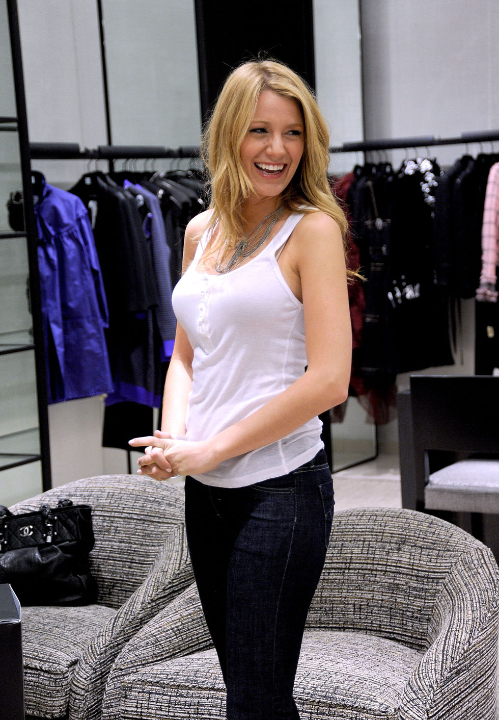 blake-lively-at-chanel-boutique-01