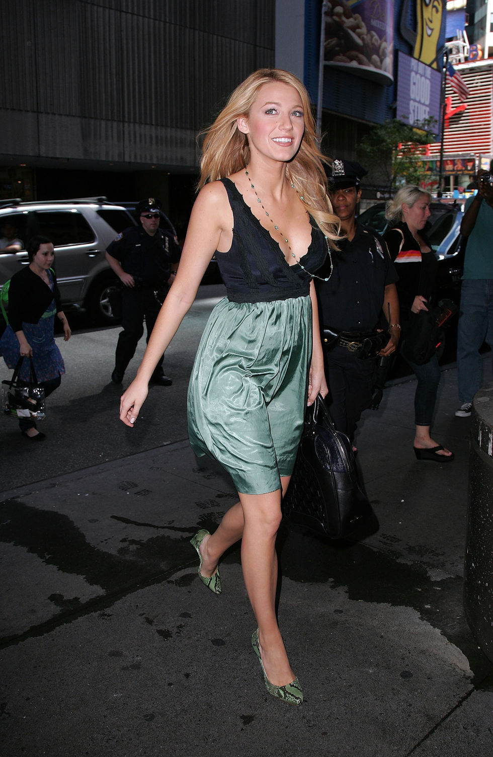 blake-lively-at-mtv-studios-for-mtvs-trl-in-new-york-city-18