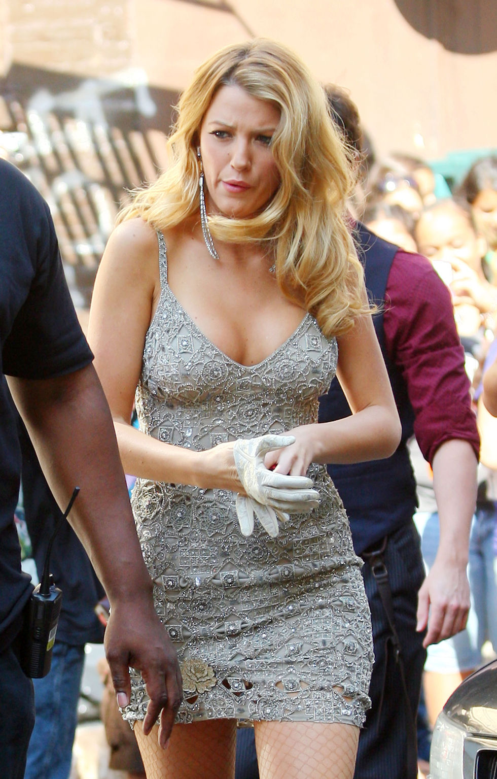 blake-lively-cleavage-candids-on-gossip-girl-set-in-new-york-01
