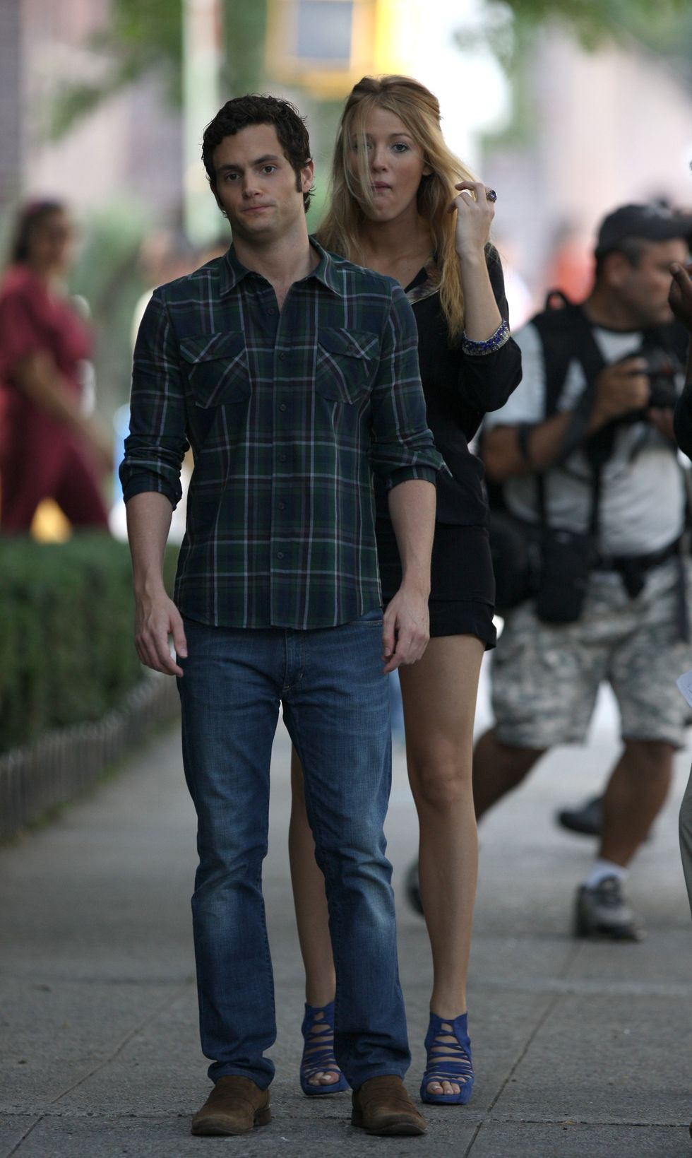 blake-lively-leggy-candids-at-gossip-girl-set-in-new-york-01