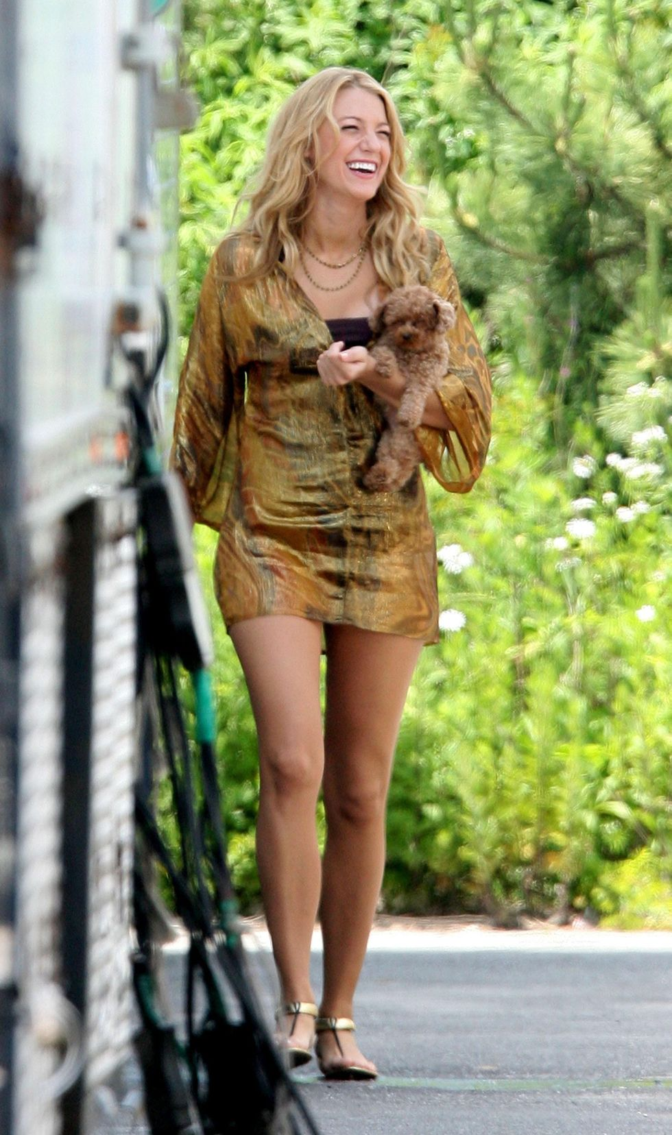 blake-lively-leggy-on-the-set-of-gossip-girls-in-new-york-01