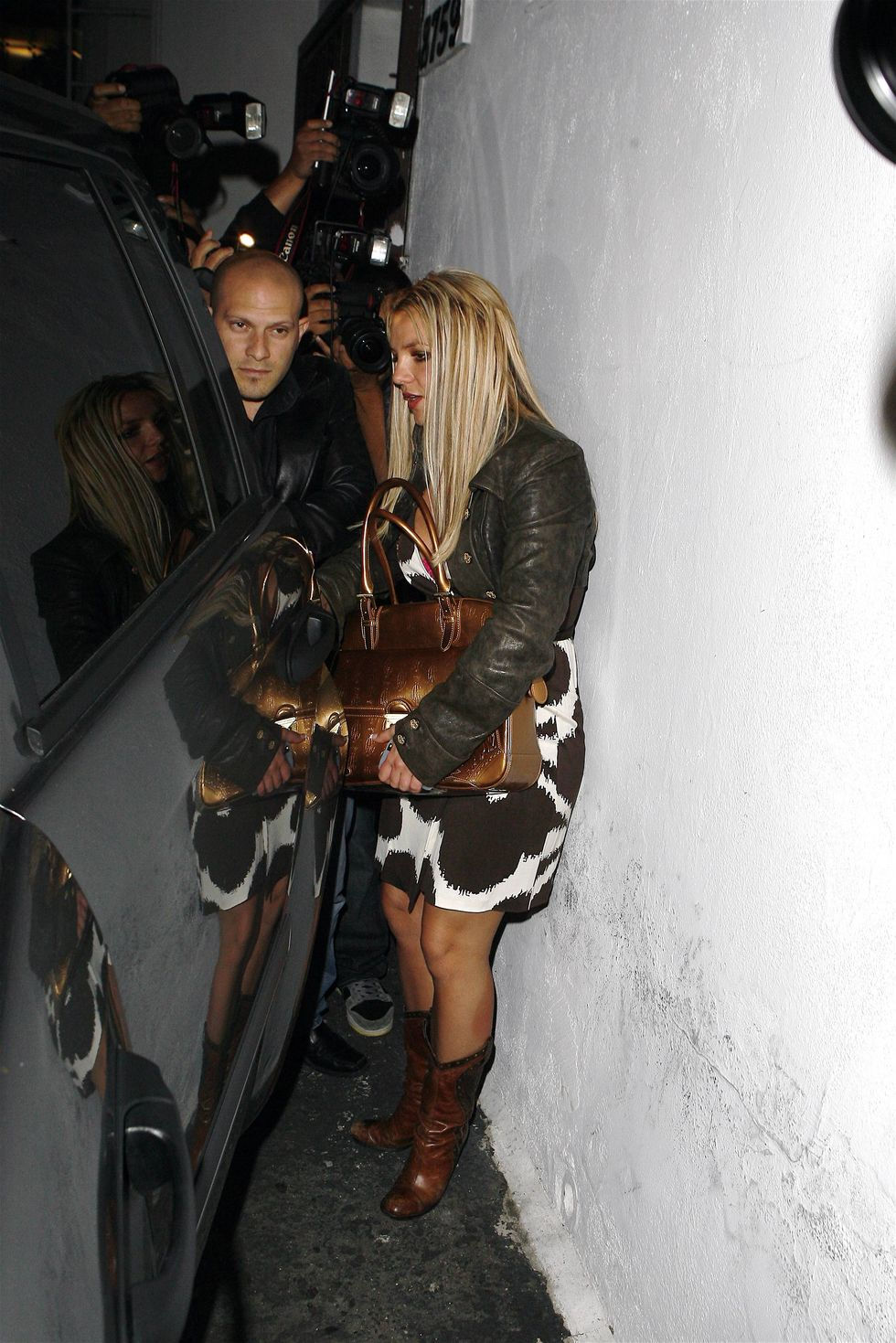 britney-spears-at-sur-resataurant-in-hollywood-01