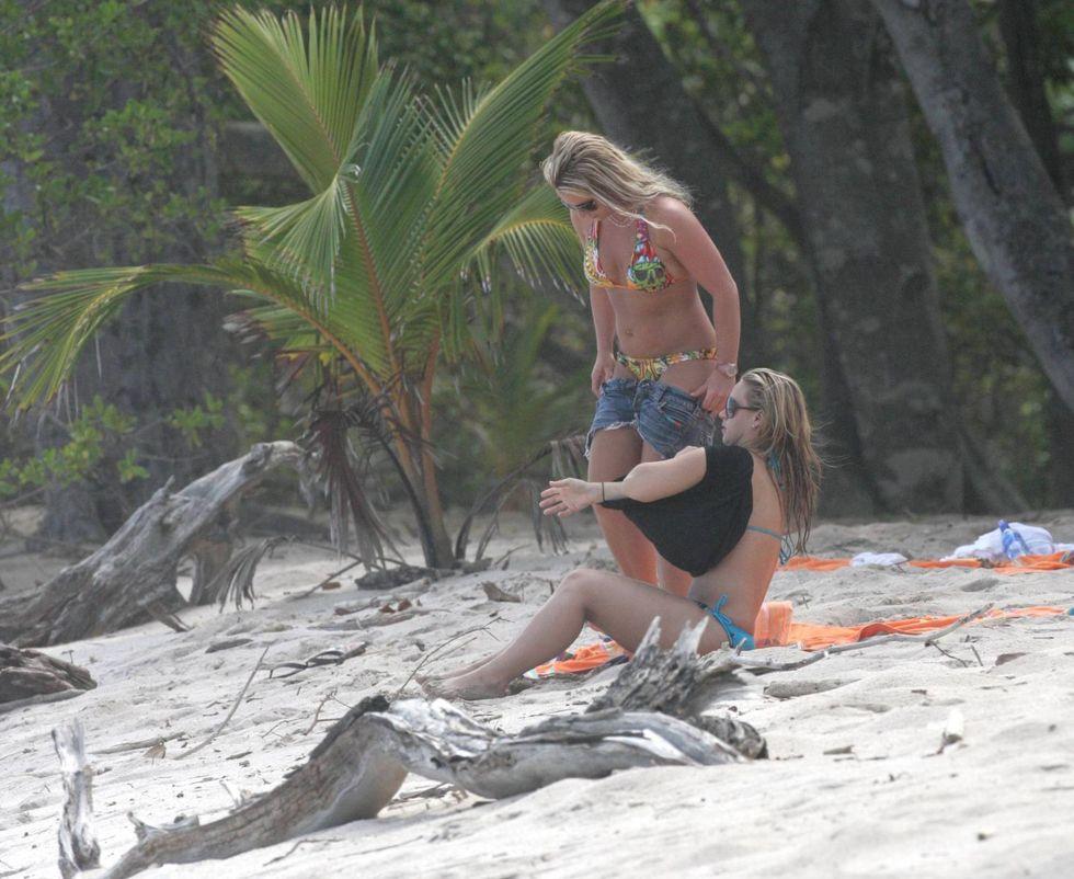 britney-spears-bikini-candids-at-a-beach-in-costa-rica-01