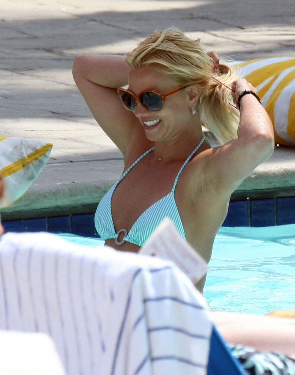 britney-spears-bikini-candids-by-the-pool-in-marina-del-rey-01