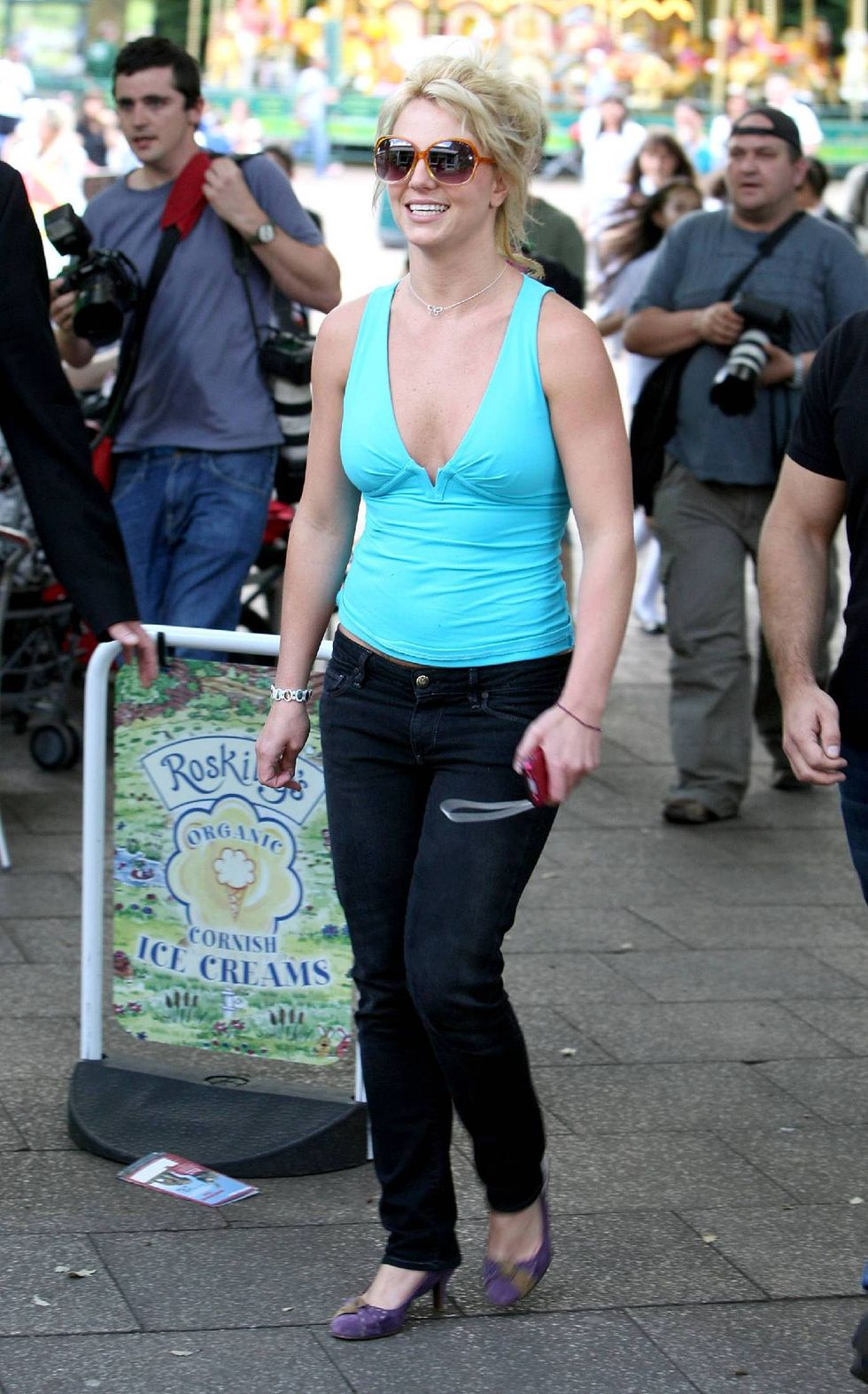 britney-spears-cleavage-candids-at-the-london-zoo-01
