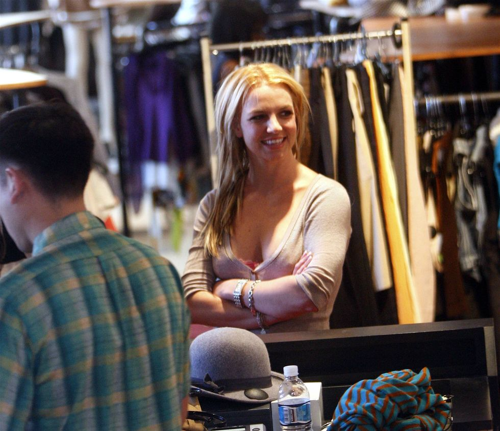 britney-spears-cleavage-candids-in-hollywood-01