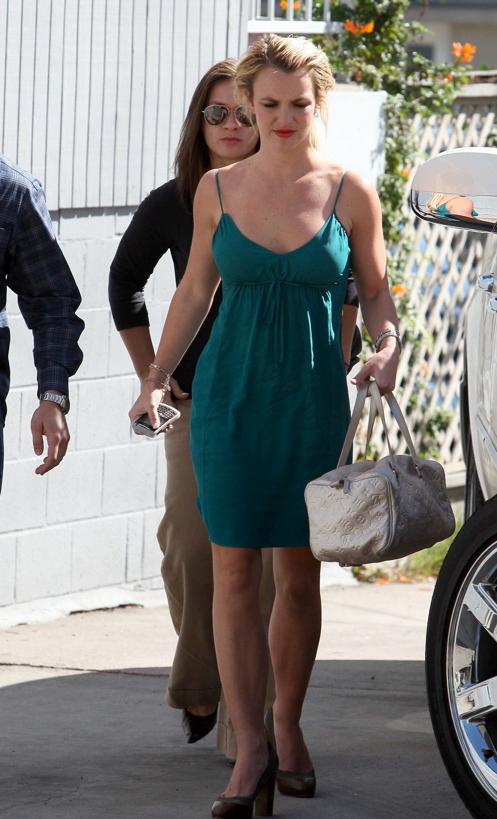 britney-spears-cleavage-candids-in-los-angeles-01