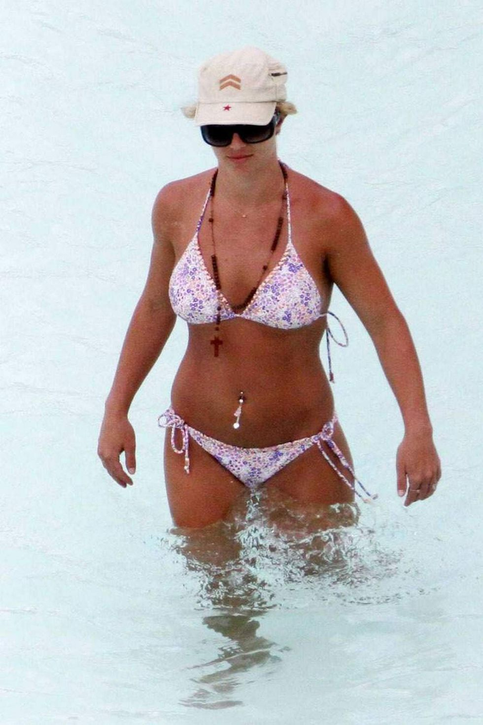 britney-spears-in-bikini-in-the-carribean-01