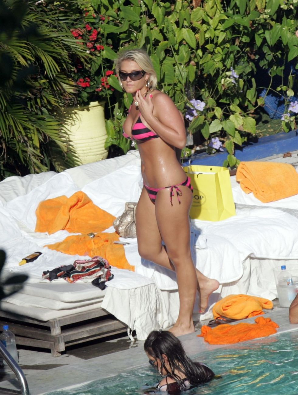 brooke-hogan-bikini-candids-by-the-pool-01